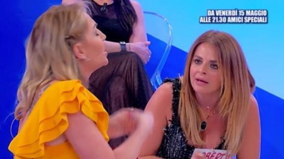 """Uomini e Donne, volano stracci tra Veronica Ursida e Roberta Di Padua: """"Zitta, lo dici a tua sorella"""""""