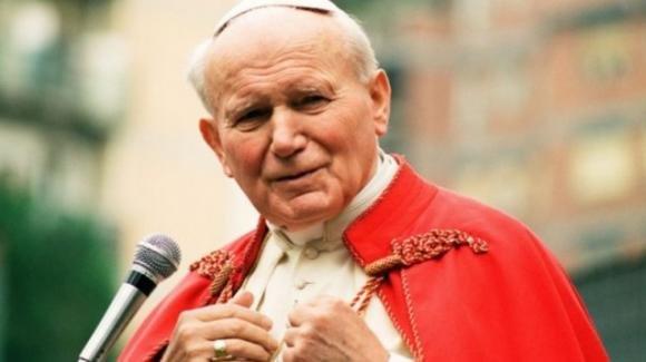 Papa Francesco celebra la messa ricordando i 100 anni di papa Wojtyla