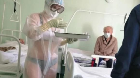 """Russia, infermiera in bikini sotto la tuta anti-Covid: """"Avevo caldo"""""""