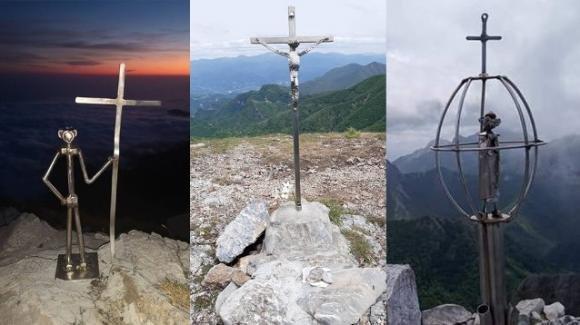 Spuntano misteriose croci in acciaio sulle vette delle Alpi Apuane