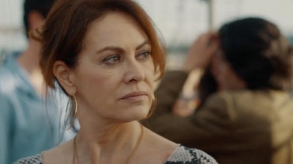 Vivi e lascia vivere, il finale di stagione del 28 maggio: Laura viene ricattata, i suoi figli sono in grave pericolo