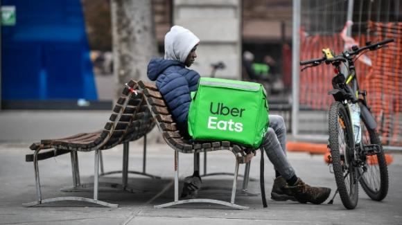 Uber Eats Italia accusata di caporalato, sfruttamento del lavoro e minacce ai riders