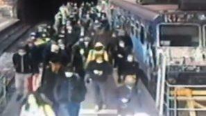 Napoli, assembramento in Cumana: 100 passeggeri senza biglietto e senza mascherina