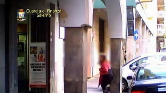 Salerno: da 7 anni prendeva la pensione in quanto cieca, sorpresa a guardare le vetrine