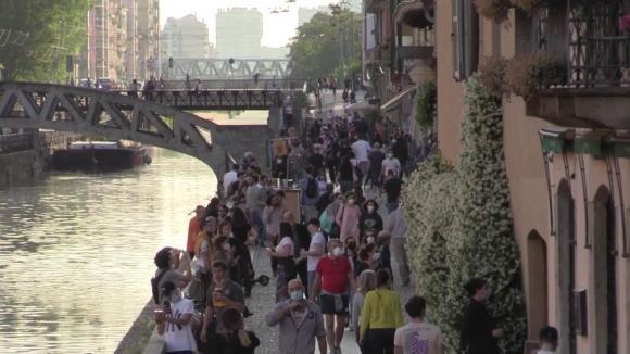 Milano: folla sui Navigli senza mascherine, divieti e distanze non rispettate. Rischio di richiudere tutto