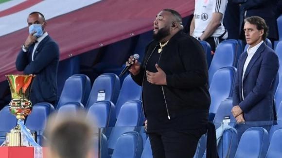 Finale di Coppa Italia, Sergio Sylvestre si blocca mentre canta l'Inno di Mameli