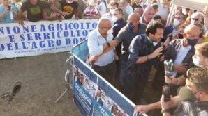 Matteo Salvini contestato a Mondragone, ma lui non ci sta: