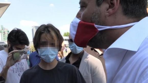 """Il figlio di Selvaggia Lucarelli contro Matteo Salvini: """"Sei razzista e omofobo"""". Ma viene allontanato dalla polizia"""
