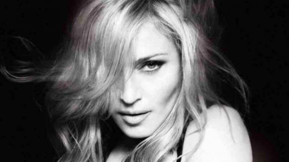 """Madonna, foto in topless e stampella: """"Provocazione? No un problema di salute"""""""
