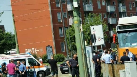 Milano: lascia la madre in auto, ruba un tram e inizia a guidarlo per la città