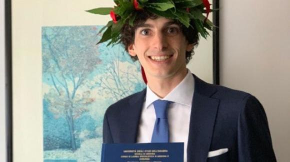 """Massimo Stella, il figlio di uno dei primi medici deceduti per il coronavirus, si laurea in Medicina: """"Dedicata a papà"""""""