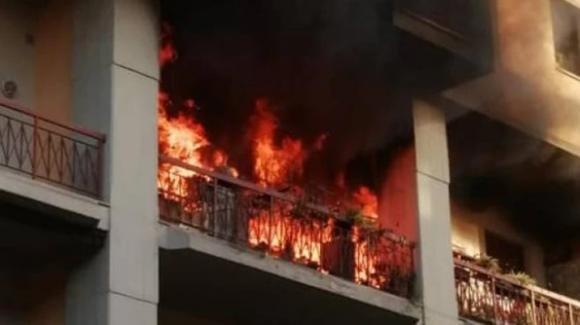 Firenze: cerca di scacciare le api col fuoco e si dà fuoco alla casa