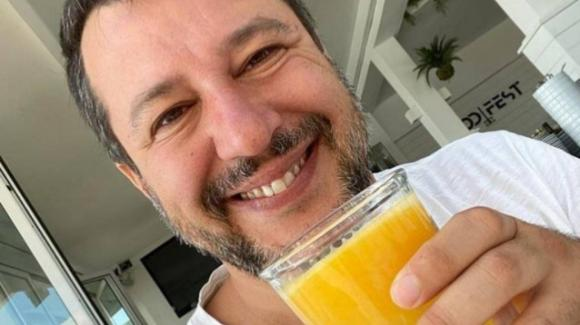 Matteo Salvini ritorna al Papeete Beach, ma stavolta niente mojito