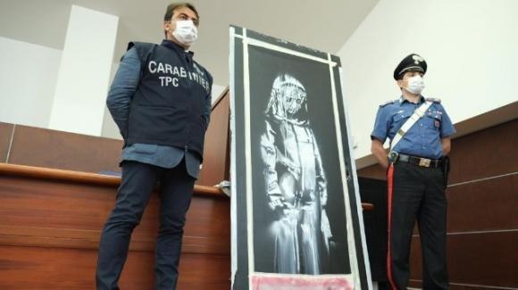 Trovata in Italia, tornerà a Parigi l'opera dipinta da Banksy per le vittime del Bataclan