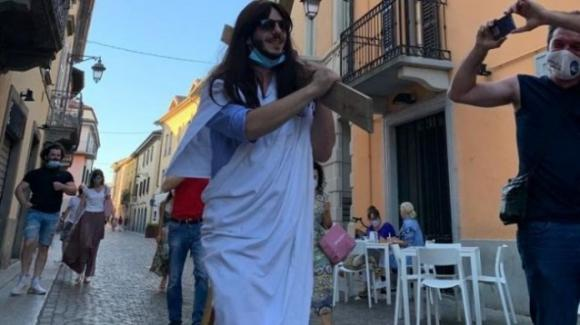 Treviglio, 33enne si traveste da Gesù per festeggiare i suoi anni: sfila in piazza con croce in spalla