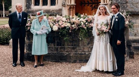 Beatrice di York, la foto di nozze con la tiara originale del matrimonio di Elisabetta II