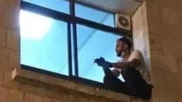 Coronavirus, uomo scala la parete dell'ospedale per vedere la madre affetta da covid: è commozione