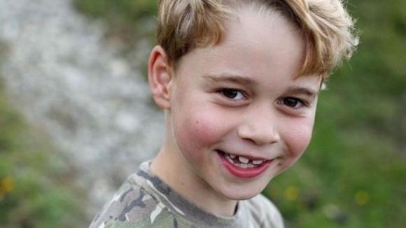 Il principe George compie 7 anni: indossa la maglia mimetica come suo papà William