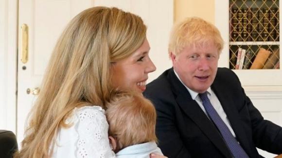 """Crescono le teorie complottiste sul figlio di Boris Johnson: """"Troppo grande per la sua età"""""""