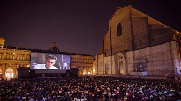 Bologna: cinema all'aperto in piazza, ma qualcuno proietta un film a luci rosse
