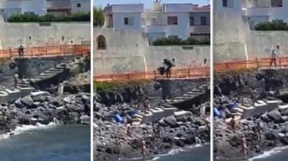 Napoli: scopre la moglie con l'amante in spiaggia e lancia lo scooter di lui dagli scogli