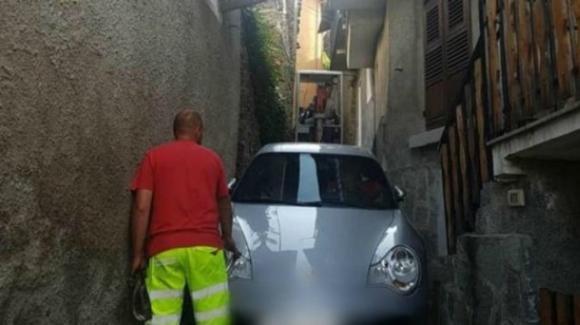 Porsche rimane incastrata in un vicolo: colpa del navigatore