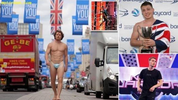Londra, uomo nudo passeggia per le strade della città: una mascherina gli copre le parti intime