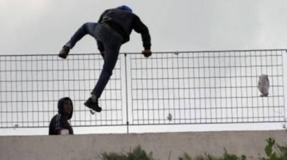 La fuga dei migranti, solo 139 rintracciati. Continuano gli sbarchi a Lampedusa