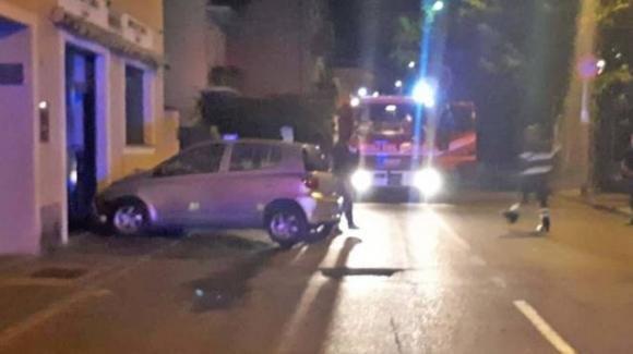 Sondrio: ubriaco al volante entra nel bar sfondandolo con la macchina