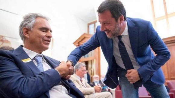 Negazionisti Covid-19, Matteo Salvini si presenta senza mascherina, mentre Bocelli rivela di aver trasgredito le regole