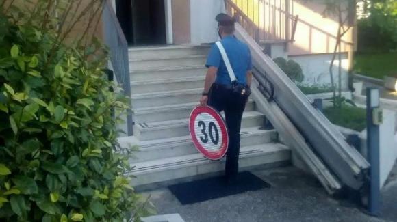 Tre trentenni rubano un cartello stradale per regalarlo ad un amico. Denunciati