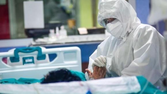 """Lucca, un'infermiera sbotta sui social: """"Meritate l'estinzione"""""""