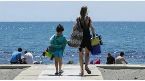 Chiede le distanze di sicurezza per il figlio immunodepresso: aggredita in spiaggia da due turiste