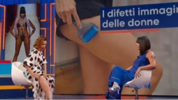 La Vita in Diretta Estate, Andrea Delogu scopre le gambe e mostra la cellulite in diretta