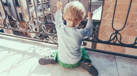 Rimini: mamma lascia tre figli piccoli da soli sul balcone di casa con la serranda chiusa