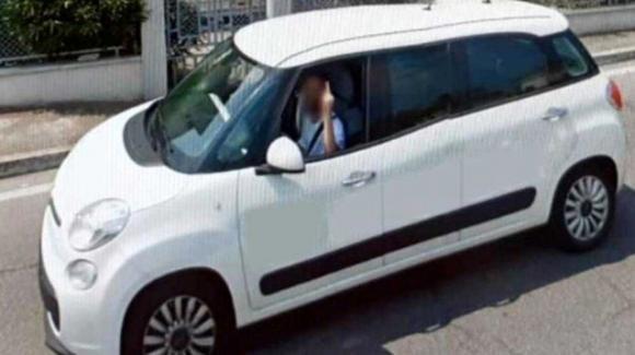 Brescia: fa il dito medio all'auto di Google street view e diventa l'idolo del paese