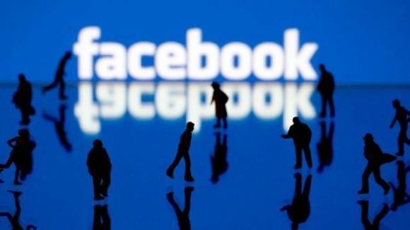 Facebook: negazionismo Olocausto, comunicazioni politiche, eventi a pagamento