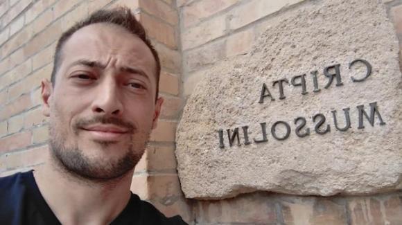 Scatta un selfie davanti alla cripta di Mussolini. Sospeso consigliere della Lega