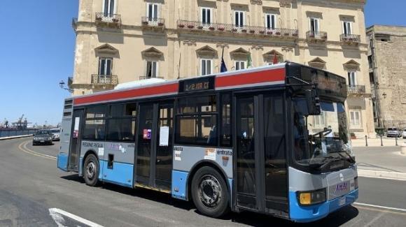 Taranto, rubano un bus di linea per andare al mare: è caccia ai ladri