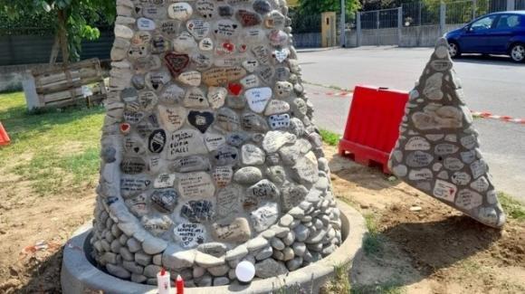 Covid-19: monumento popolare con i sassi del Po ricorda le vittime
