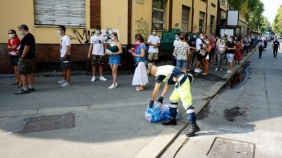 Torino, ore di coda ed assembramenti per centinaia di turisti in attesa di fare il tampone per il Covid-19