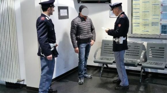 Milano centrale: in 24 ore ruba 2 portafogli, 3 bottiglie d'alcol e un paio di scarpe. Arrestato