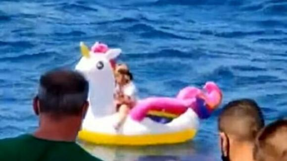 Bimba finisce a largo a bordo di un unicorno gonfiabile: la salva un traghetto