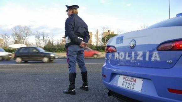 Torino, attraversano a piedi l'autostrada e si filmano divertiti