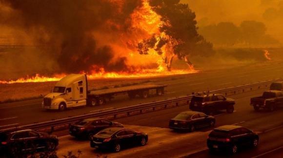 La California continua a bruciare, distrutti 400 mila ettari boschivi