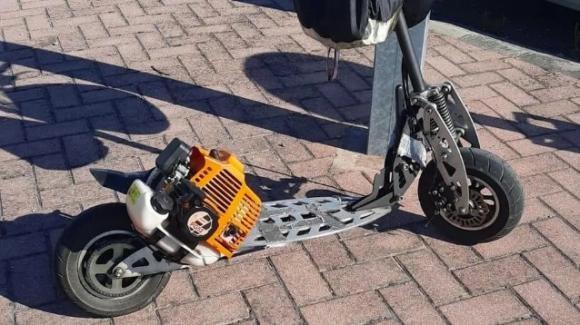 Vignola: monta il motore di un decespugliatore sul monopattino elettrico. Multato