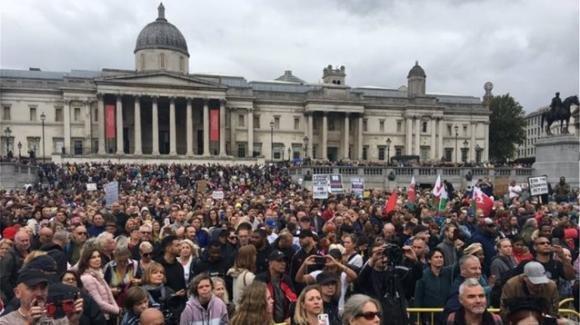 """Londra: in migliaia in piazza contro il lockdown: """"Il covid è una bufala, no a vaccini e mascherine"""""""
