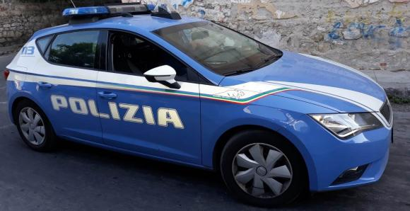 La moneta da 1 euro rimane incastrata nel carrello: uomo chiama la polizia