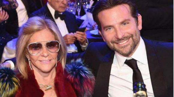 """Bradley Cooper in quarantena molti mesi con la madre: """"Ha una sacca da colostomia, Covid pericoloso"""""""