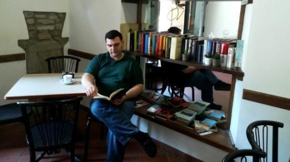 """Palazzuolo sul Senio, mette i libri invece di slot nel bar: """"Ho visto gente che ha perso tutto"""""""